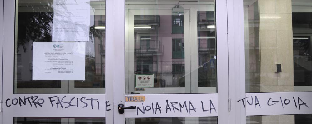 """Scritte """"anarchiche"""" a Lomazzo  Imbratta anche la sede dell'Asst"""