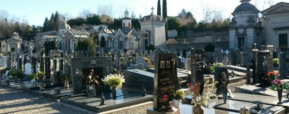 Appiano, ladri sulla tomba della nonna  Rubati disegni e angioletto della nipote