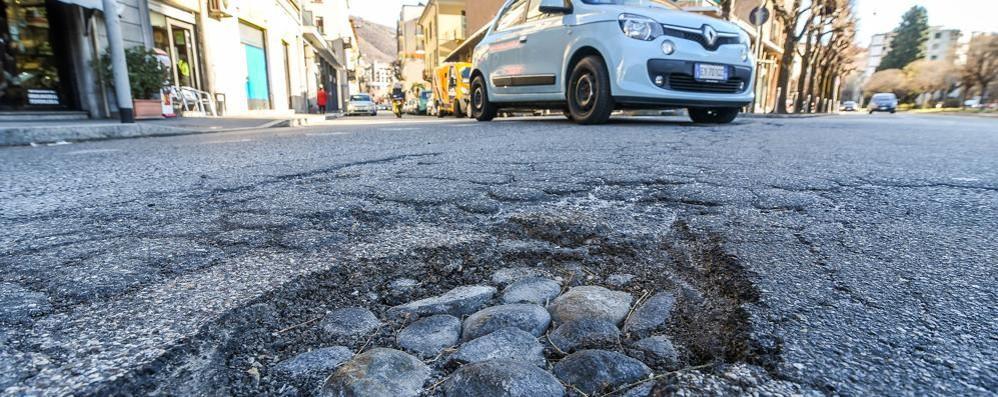 Nessuno le ripara e zero cartelli  Buche nelle strade di tutta Como