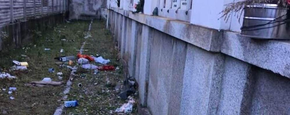 Rifiuti al cimitero  in via Regina Teodolinda