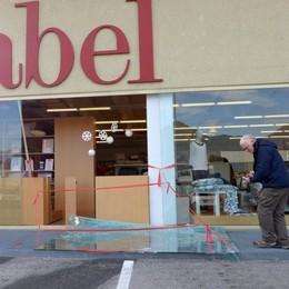Erba, vetrina Gabel presa a mazzate  Ladri in fuga con tessuti per 4mila euro