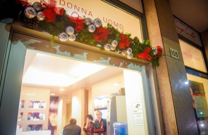I festoni di Natale per i negozi del paese