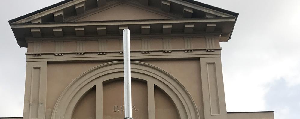 Erba, un palo della luce  oscura la chiesa  «Spostatelo più in là»