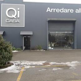 Albese, Qi Casa ha riaperto  Clienti in coda per avere i mobili