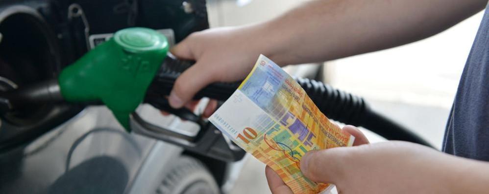 Gli svizzeri: sì alla benzina più cara e al passaporto ai nipoti degli immigrati