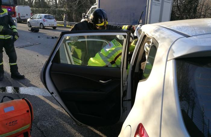 Lipomo incidente stradale soccorsi di vigili del fuoco e 118