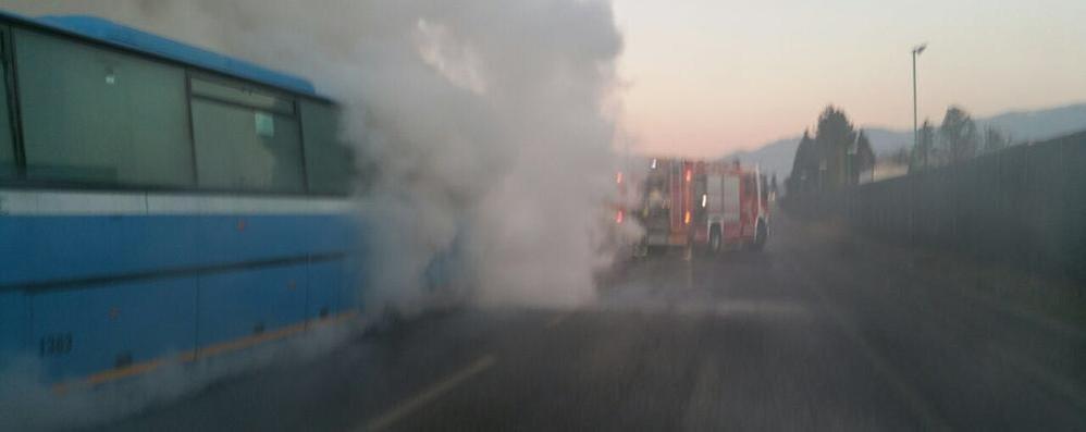 """Bus in fiamme tra Orsenigo e Alzate  Code e disagi al traffico sulla """"Briantea"""""""
