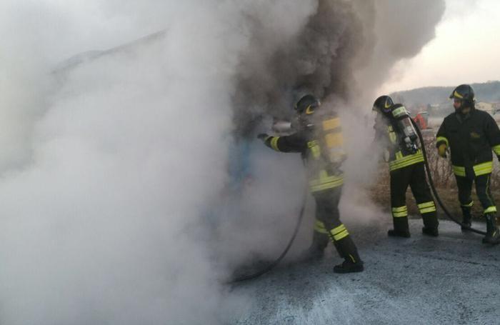 """L'intervento dei vigili del fuoco sulla """"Briantea"""""""