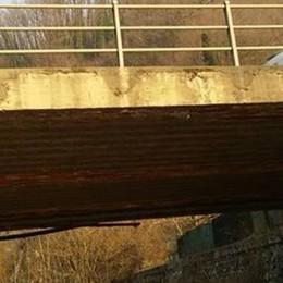Sorico, il ponte sulla Regina cade a pezzi