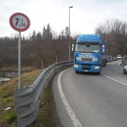 Ponte di Cantù, vietati grossi carichi  Ma camion e bus passano lo stesso