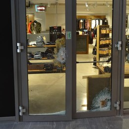 Spaccata notturna con il piccone  Razziato negozio dell'ex sindaco