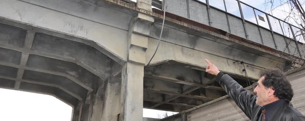 Il ponte di Asnago si sgretola  «Non vogliamo una tragedia»