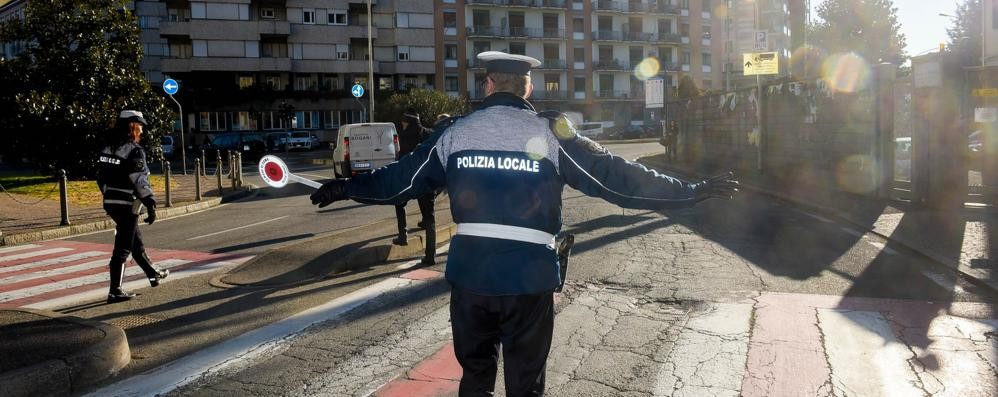 Viale Masia, il Comune manda i vigili  E conferma: «La colpa è del sole»