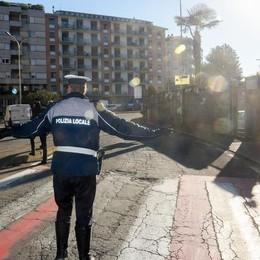 Viale Masia, pedoni investiti per il sole «L'albero tagliato? Non c'entra nulla»