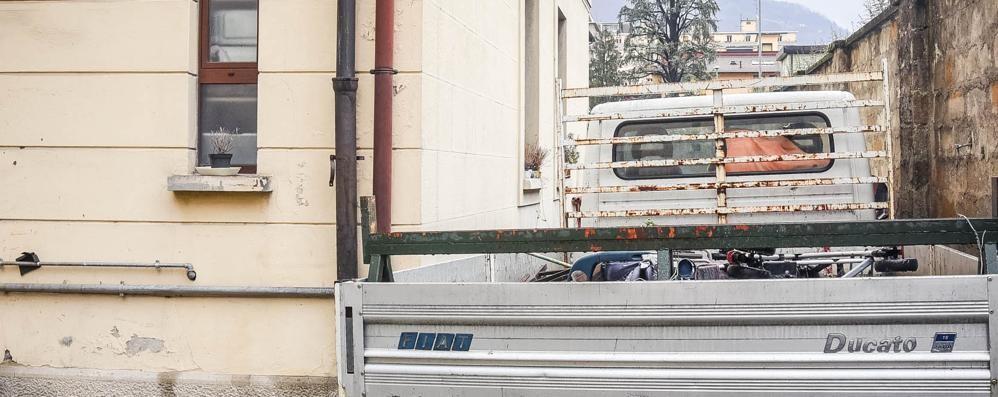 Camion abbandonato da nove anni  Assurdo: il responsabile è a Catania