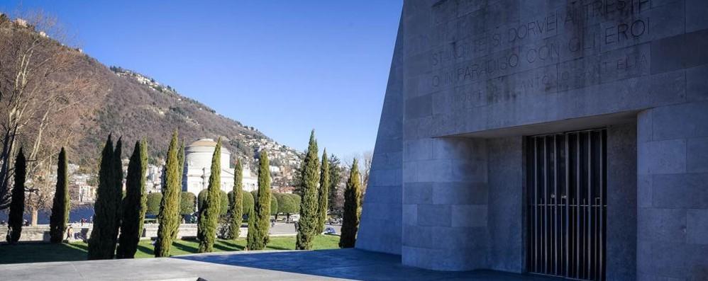 Distrutti i vetri del Monumento ai Caduti  Lucini: inaccettabile, controlli sui filmati
