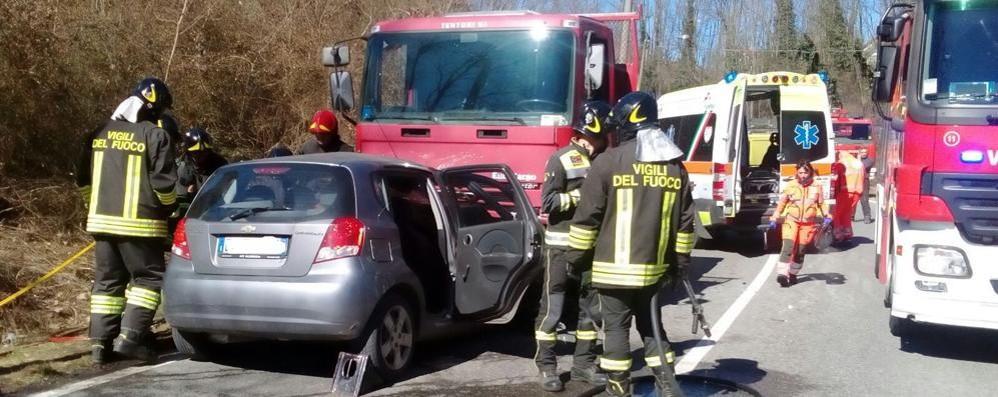 Si schianta contro un camion  Muore una donna a Fino