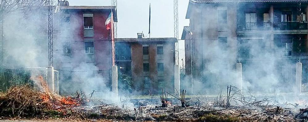Como: bomboletta va a fuoco  e colpisce in pieno il gazebo di Rapinese  I sondaggi su primarie e sindaco