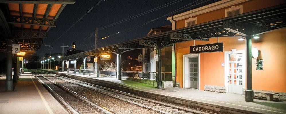 Cadorago, si sdraia sui binari  Treni bloccati e ritardi sulla linea