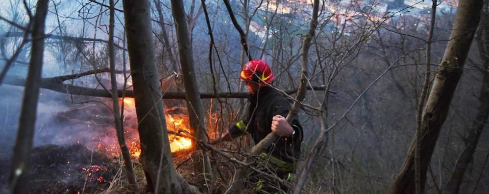 Fiamme alle pendici del Baradello Si muovono i vigili del fuoco
