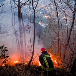 Incendio sul Baradello Si cercano le cause