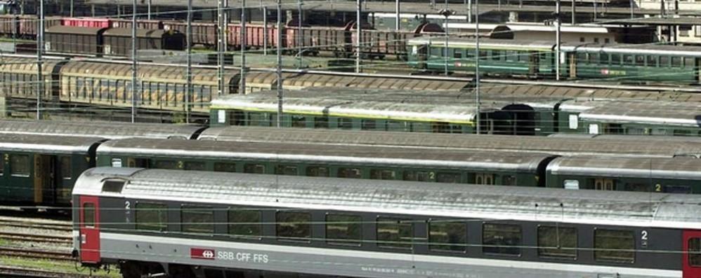 Passa il confine sul tetto di un treno  Grave migrante folgorato