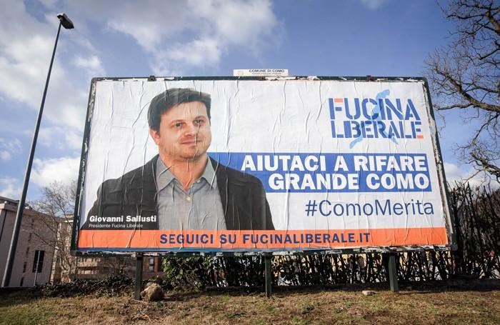 Como, manifesto elettorale di Giovanni Sallusti di Fucina Liberale in viale Ambrosoli