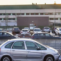 Ospedale, carro attrezzi  contro sosta selvaggia