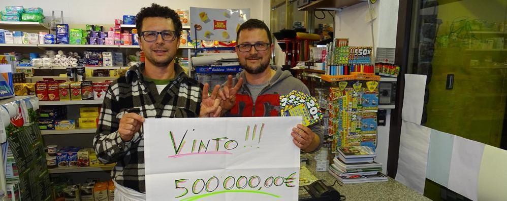 """Cinque euro al """"Gratta e vinci""""  E si porta a casa mezzo milione"""
