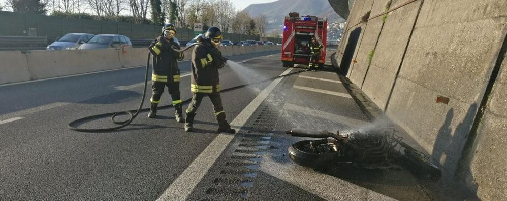 Como, incidente in A9 Moto in fiamme - il video