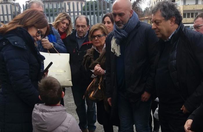 Andrea Imperioli con i genitori e il sindaco di Amatrice al quale ha consegnato i soldi raccolti al posto dei suoi regali