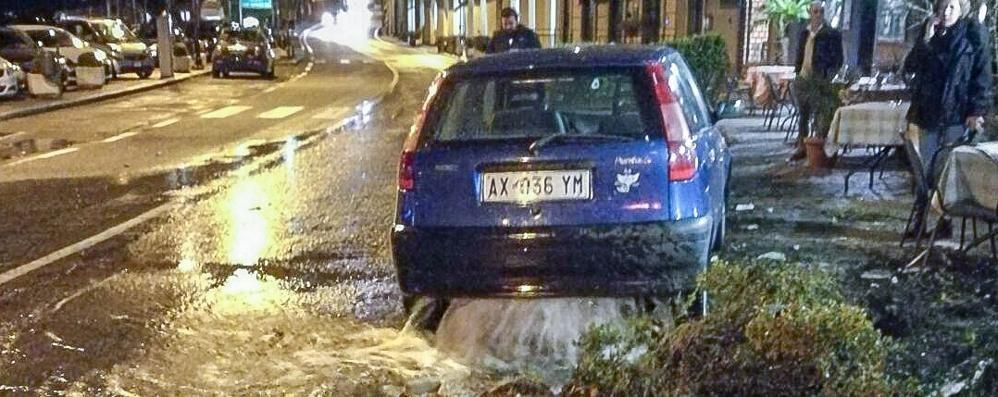 Argegno, auto tra idrante e tavolini  Passante ferito da una scheggia