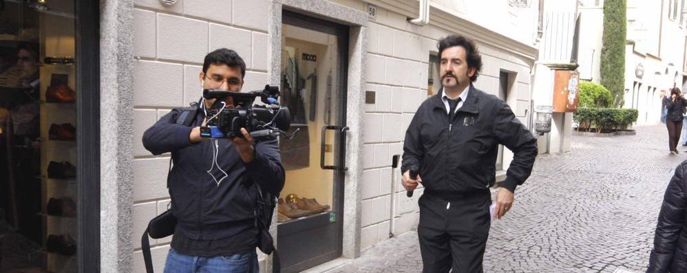 Permessi ai migranti  Le Iene: «Irregolarità»  Ma l'avvocato si difende