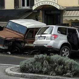 Scontro frontale sulla Regina  Le auto finiscono nel bar