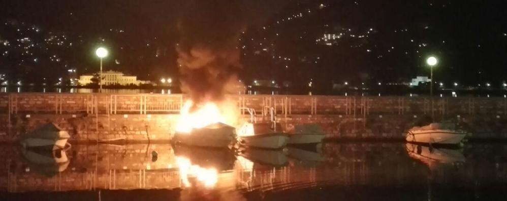 Como, rogo nella notte al molo di Sant'Agostino: barca distrutta