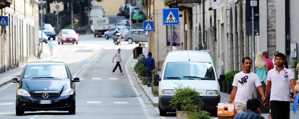 «Uno straniero armato per strada» Allarme in città, psicosi  via social
