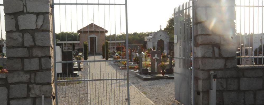 Falso addetto ruba i vasi al cimitero  Ma una donna lo costringe a fuggire