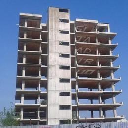 Carugo, nuovo blitz  al palazzo di 10 piani  Imbrattati i soffitti
