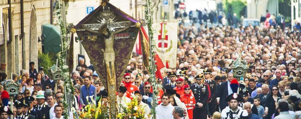 In diecimila per la processione  Il vescovo: «È stato emozionante»