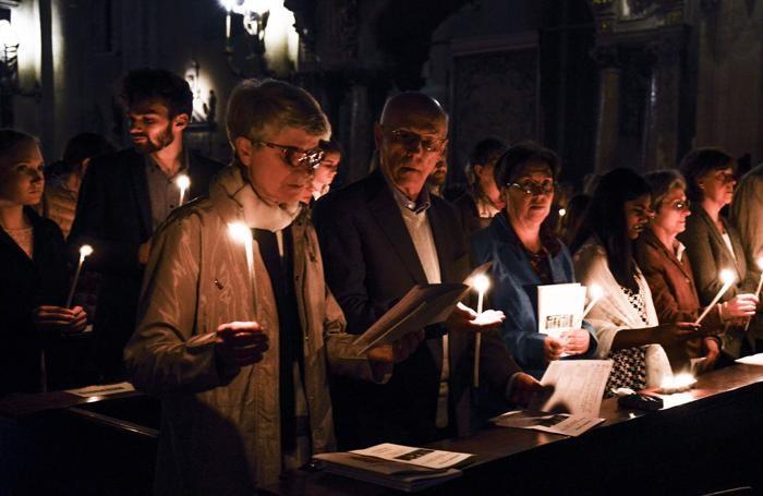Como veglia pasquale con il vescovo Oscar Cantoni in Duomo con benedizione del cero