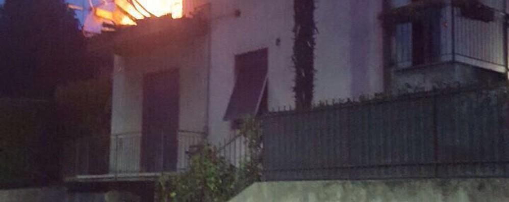 L'incendio in casa a San Fermo  Anziana salvata da figlio e nipote