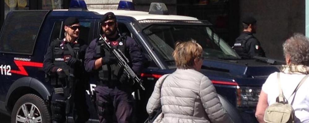 Pasqua, l'antiterrorismo a Como  Metal detector e mitra in piazza