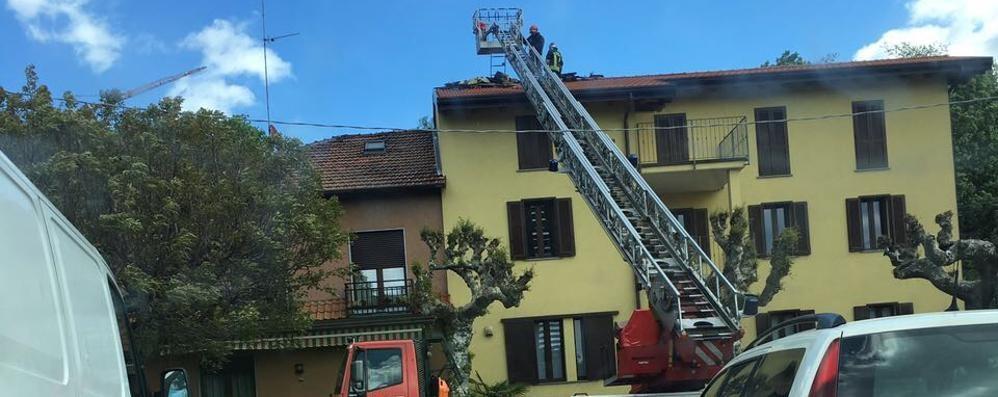 In fiamme il tetto della pizzeria  Vigili del fuoco a San Fermo