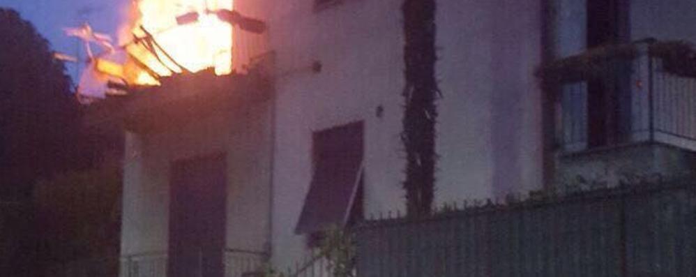 Incendio a San Fermo  «Stiamo tutti bene»