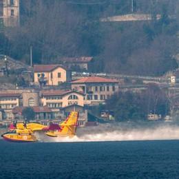 Boschi in fiamme in Alto Lago  Mobilitati 5 elicotteri e un aereo