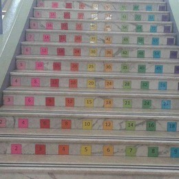 Imparare le tabelline  salendo le scale a scuola