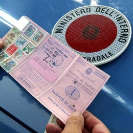 Alla guida con lo smartphone  Subito sospensione della patente