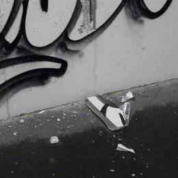 Calcinacci dal ponte di Pedemontana  «Per noi sono solo vandalismi»