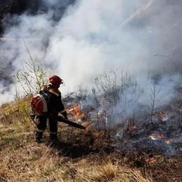 I  piromani tornano in azione  Ancora incendi in Alto Lario