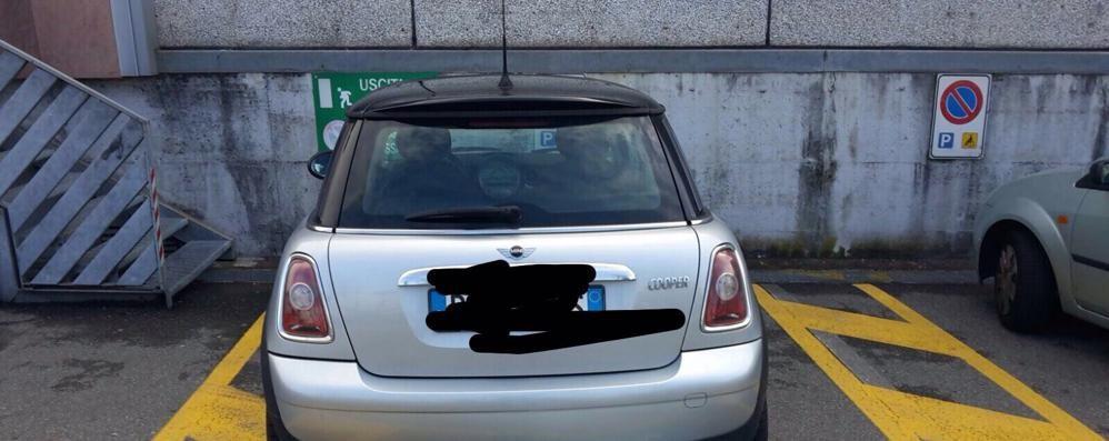 Lucino, usa il pass della madre  per il posto auto disabili